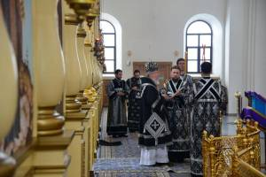 В Брянске митрополит Александр провел в кафедральном соборе пятничное богослужение