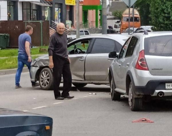 В Брянске возле школы №39 столкнулись две легковушки