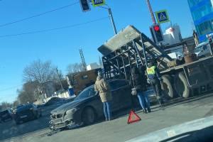 На улице Бурова в Брянске столкнулись BMW и Chrysler