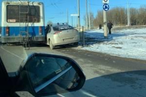 Троллейбус и легковой автомобиль столкнулись возле брянского ТРЦ «Аэропарк»