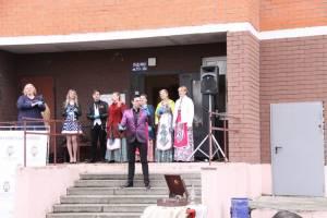 В Брянске стартовала акция «Поем двором» ветеранов