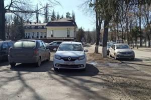 В Брянске автохамы перегородили тротуар перед кинотеатром «Победа»