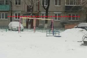 В Брянске детскую площадку в районе «Лития» установили криво
