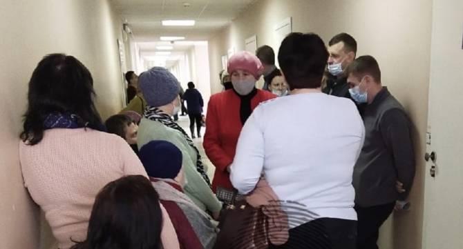 В брянской поликлинике №2 выстроилась огромная очередь к терапевту