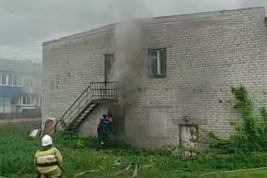 В поселке Локоть загорелось нежилое общежитие