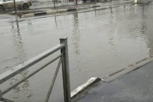 В Брянске машины утонули в грязевых ваннах на проспекте Московском