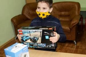 В Брянске тяжелобольному 7-летнему мальчику подарили тонометр и «Лего»