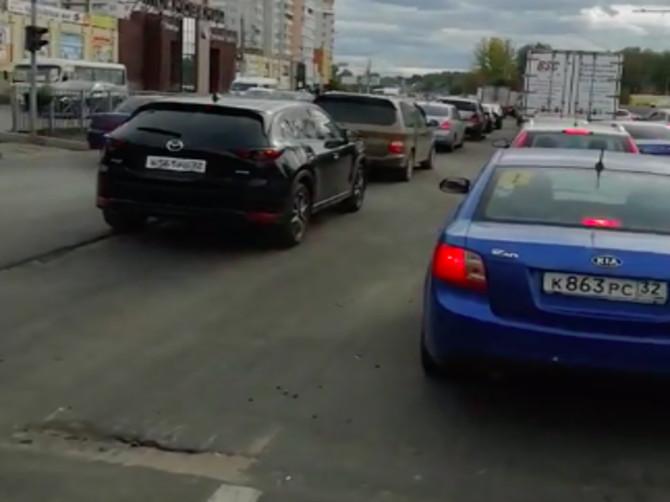 В Брянске перед Первомайским мостом образовалась огромная пробка