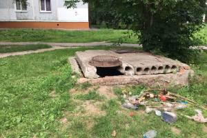 В Брянске пожаловались на соседство опасного люка с детской площадкой