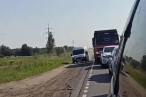 В Брянске водитель микроавтобуса объехал пробку по обочине