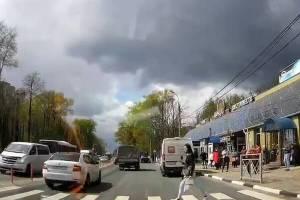 В Брянске у «Линии» водитель легковушки едва не сбил девушку на переходе