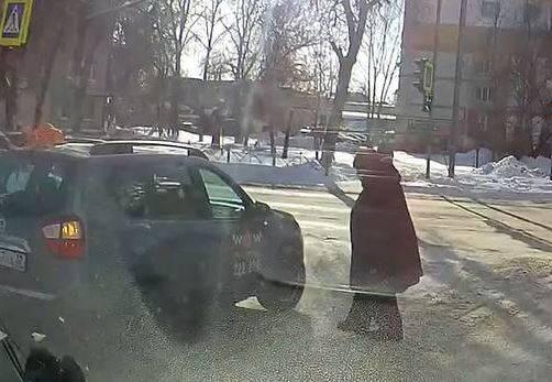 В Брянске автомобиль «Городского такси» чуть не сбил пенсионерку