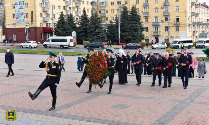 В Брянске возложили цветы к Вечному огню
