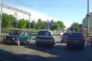 В Брянске на бежицком переезде сняли на видео наглого автохама