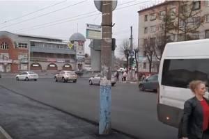 В Брянске посреди дороги у Бежицкого рынка появился бетонный столб