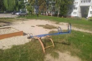 В Трубчевске нашли 4 смертельно опасные детские площадки