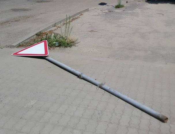 В Брянске прилег отдохнуть знак «Уступи дорогу»
