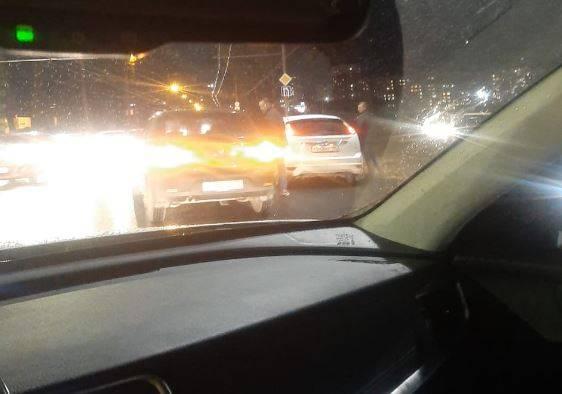 В Брянске на кольце у ТРЦ «Аэропарк» столкнулись легковушки