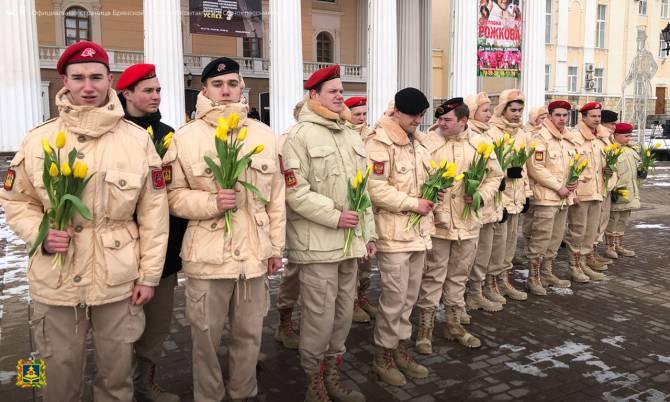 В центре Брянска женщинам вручили цветы