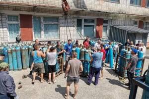 Жители Фокино помогли разгрузить баллоны с кислородом для коронавирусного госпиталя