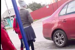 В Почепе сняли на видео ждущего девушку у остановки автохама