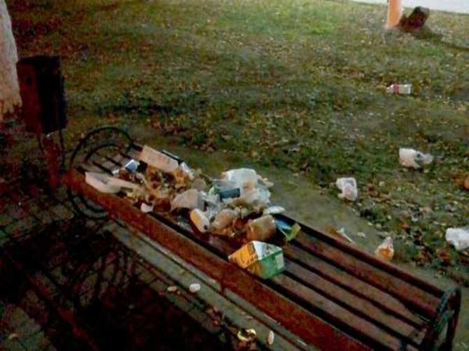 В Брянске мусор вывалили прямо на лавку в Лесных сараях