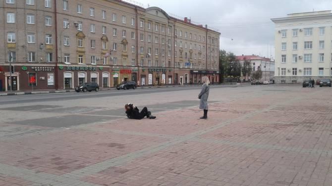 В Брянске девушка выбрала необычный ракурс для фото с Лениным