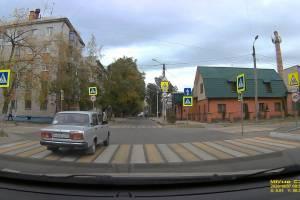 В Брянске автохам пошел на обгон на пешеходном переходе