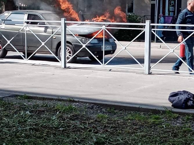 В Брянске на Ново-Советской сгорел автомобиль ВАЗ