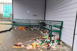 В центре Клинцов подростки превратили остановку в свалку