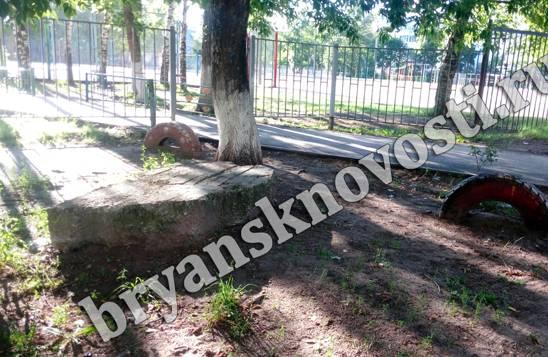 Брянские чиновники не заметили бетонный блок во дворе многоэтажки