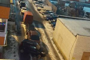 Во дворе многоэтажки на Романа Брянского автохам перекрыл тротуар