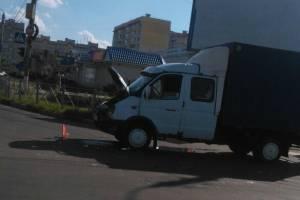 В Брянске грузовая «ГАЗель» протаранила «ВАЗ»