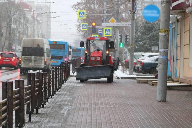 На очистку улиц Брянска вышли 64 машины