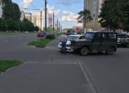 В Брянске у Мясокомбината не поделили дорогу иномарка и УАЗ