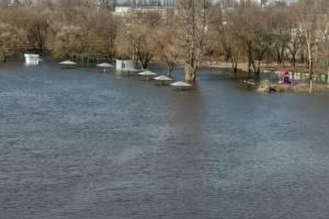 В Брянске затопило центральный пляж у железнодорожного вокзала