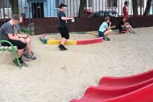 В Брянске группа детей наводит ужас на жителей закрытого двора
