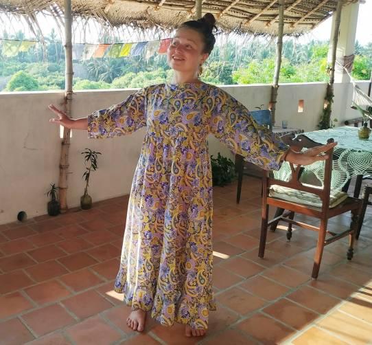 Брянская экс-журналистка в ожидании самолета шьет в Индии русские куклы