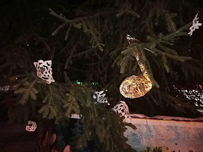 Украшение новогодней елки у «Лития» повеселило брянцев