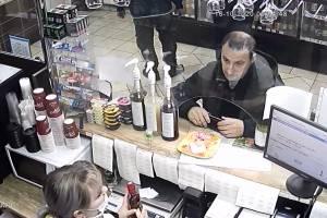 Брянская полиция ищет расплатившегося 5-тысячной фальшивкой мужчину