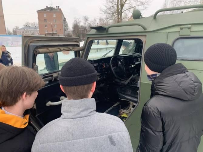 В Клинцах школьникам показали стрелковое оружие и военную технику