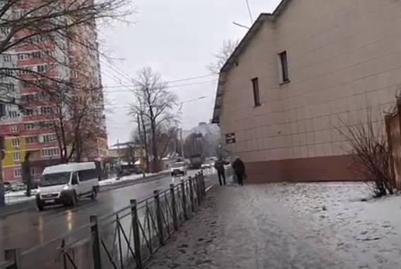 В Брянске нашли самый узкий и неудобный тротуар