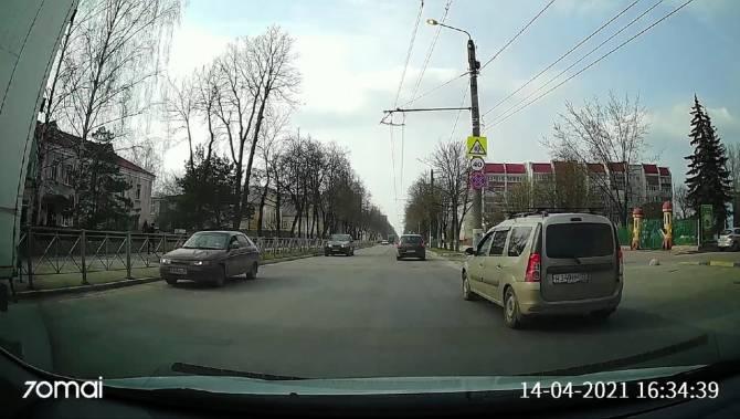 В Брянске водитель «Ларгуса» проехал перекресток на красный