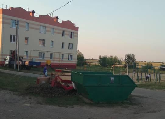 Жителей Новозыбкова возмутил мусорный бункер у детской площадки