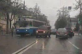 В Брянске улица Калинина встала в пробке из-за сломавшегося троллейбуса