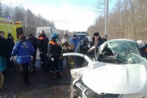 В страшной аварии под Брянском чудом выжили водитель и пассажир легковушки