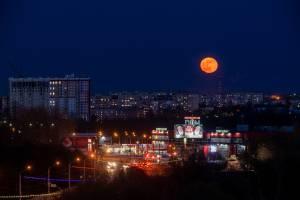 В Брянске сняли на фото завораживающий восход красной Луны