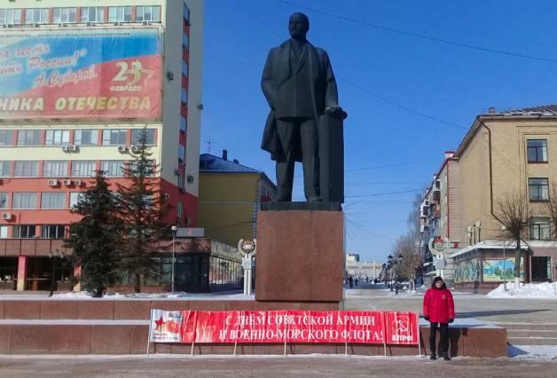 Коммунисты поздравили брянцев с 23 февраля одиночными пикетами