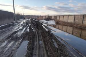 В Брянске затопило дачи возле новой дороги от Metro