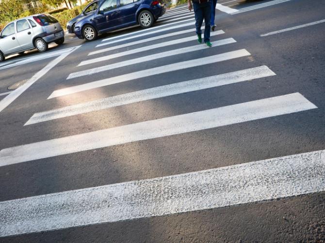 В Брянске две иномарки едва не сбили пешеходов на зебре